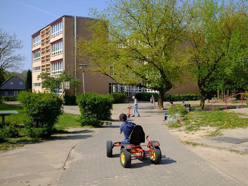 Grundschule Wildberg, Am Burgwall, Gemeinde Temnitz - Schulhof im Mai